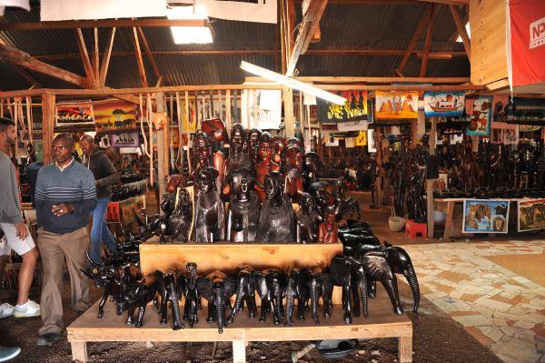 即一种用非洲黑木雕制成各种动物或人物造型的雕件