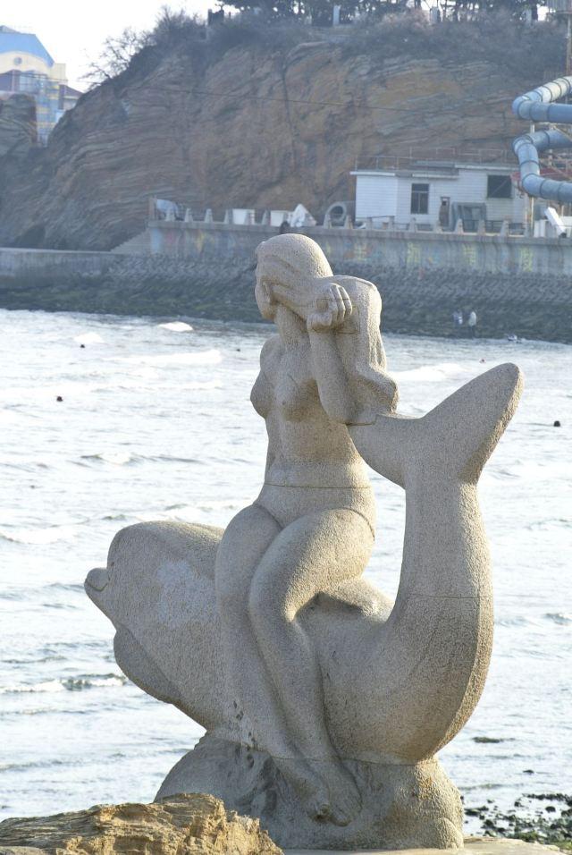 """星海公园的""""美人鱼""""雕塑."""