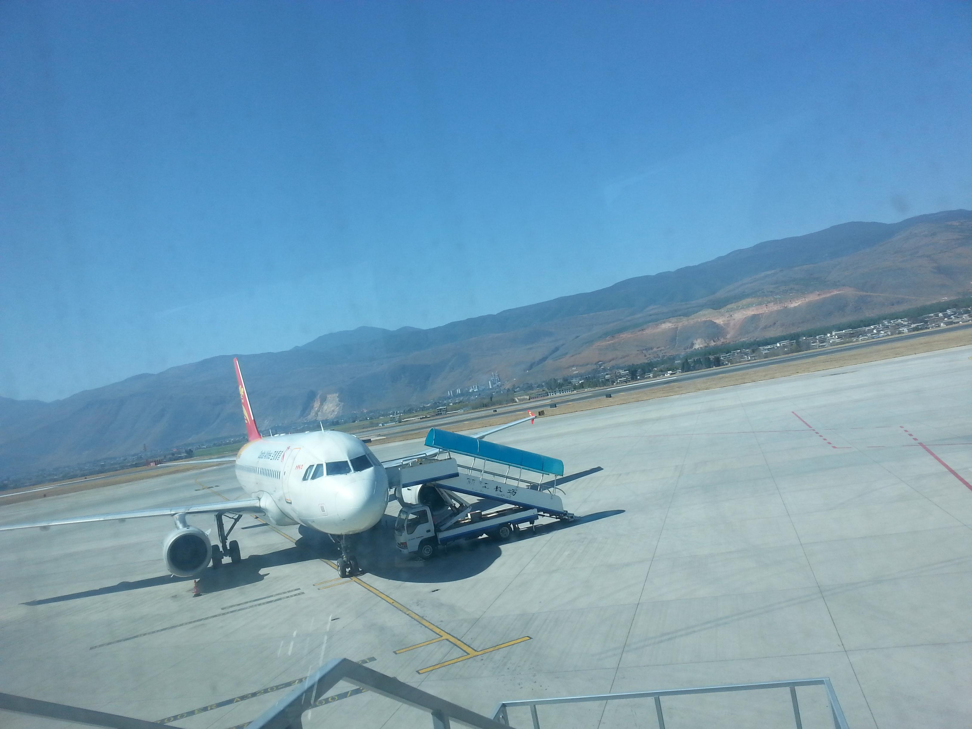 晚点1小时候起飞,1:10到达丽江,机场好小,稀稀拉拉几个飞机.