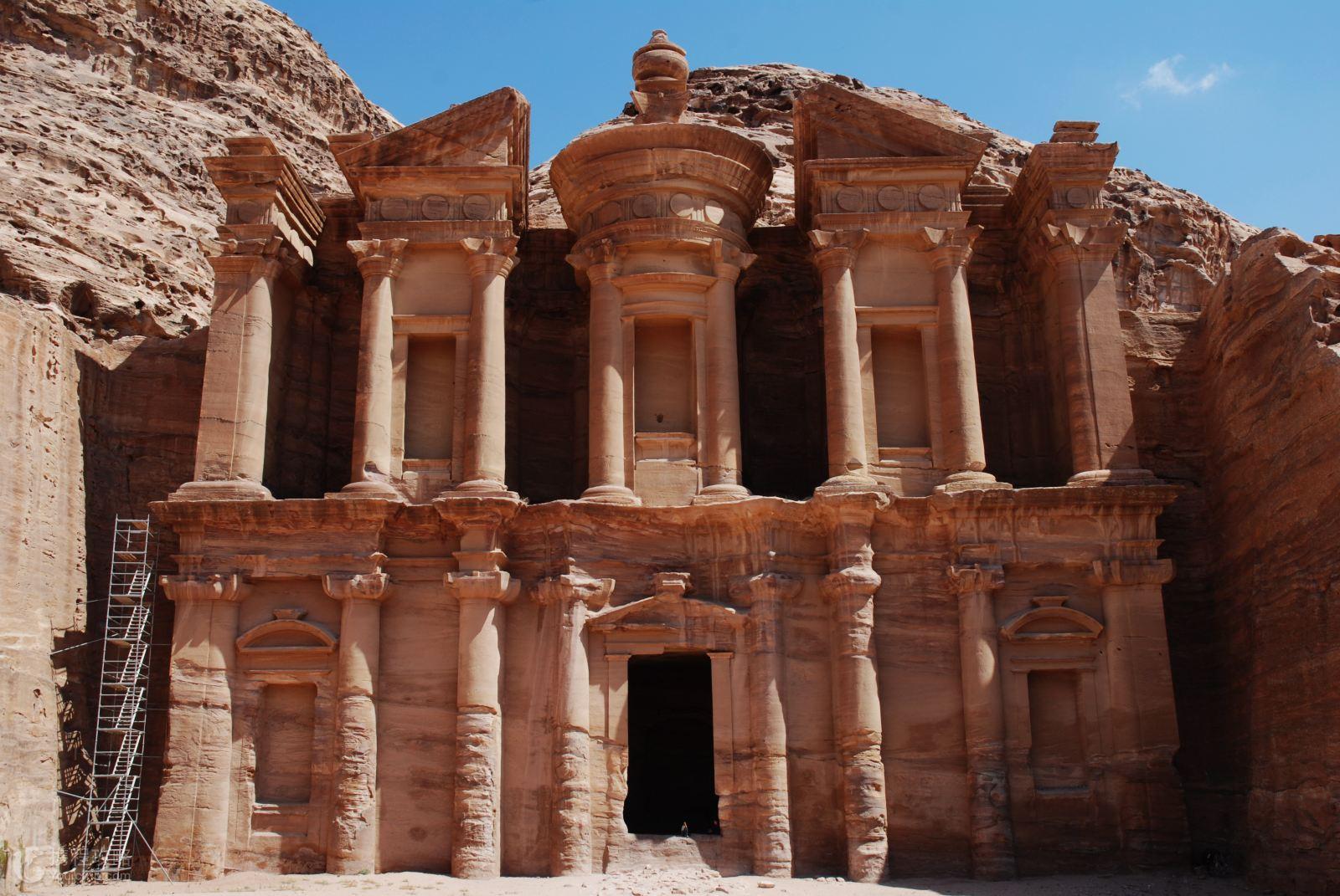 """约旦沙漠中和岩石中建造的 """"玫瑰城""""-- 佩特拉古城,犹如穿越回古"""