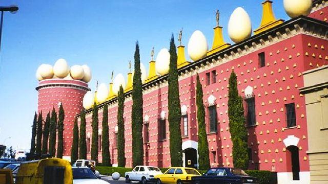 除画作外,博物馆还展出达利设计的雕塑,珠宝,家具等.