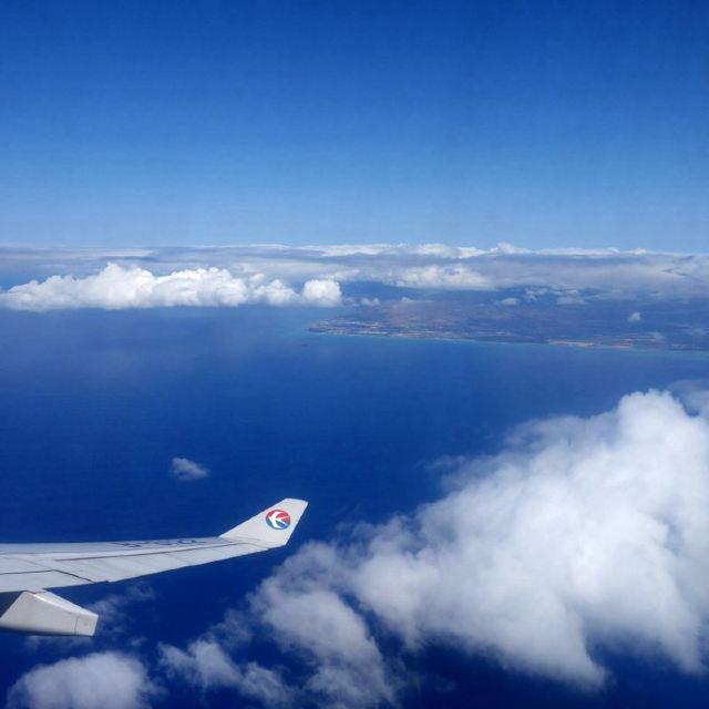 飞机舷窗外突现彩虹
