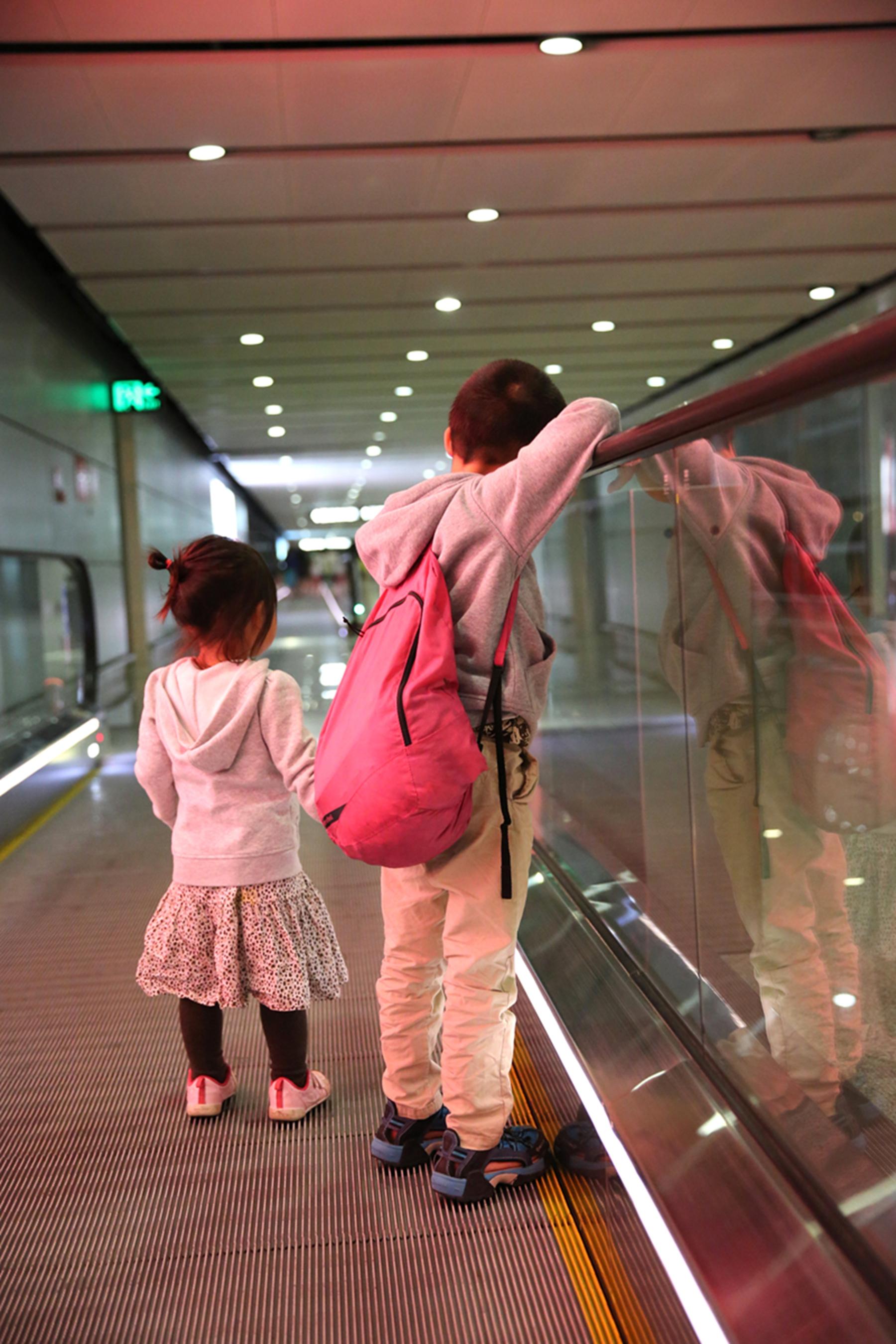 西双版纳31度,昆明晚间只有不到20度,上飞机时小西穿着裙子,下飞机便