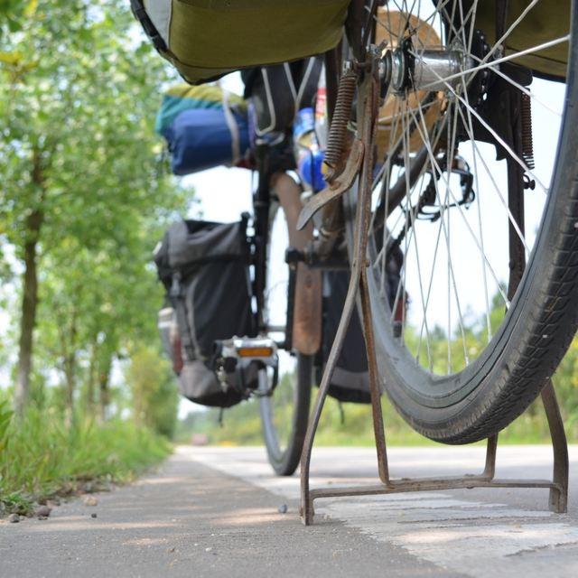 作文残疾爷爷扶孙子骑自行车就在我仔细看着那位老爷爷的时候,一声