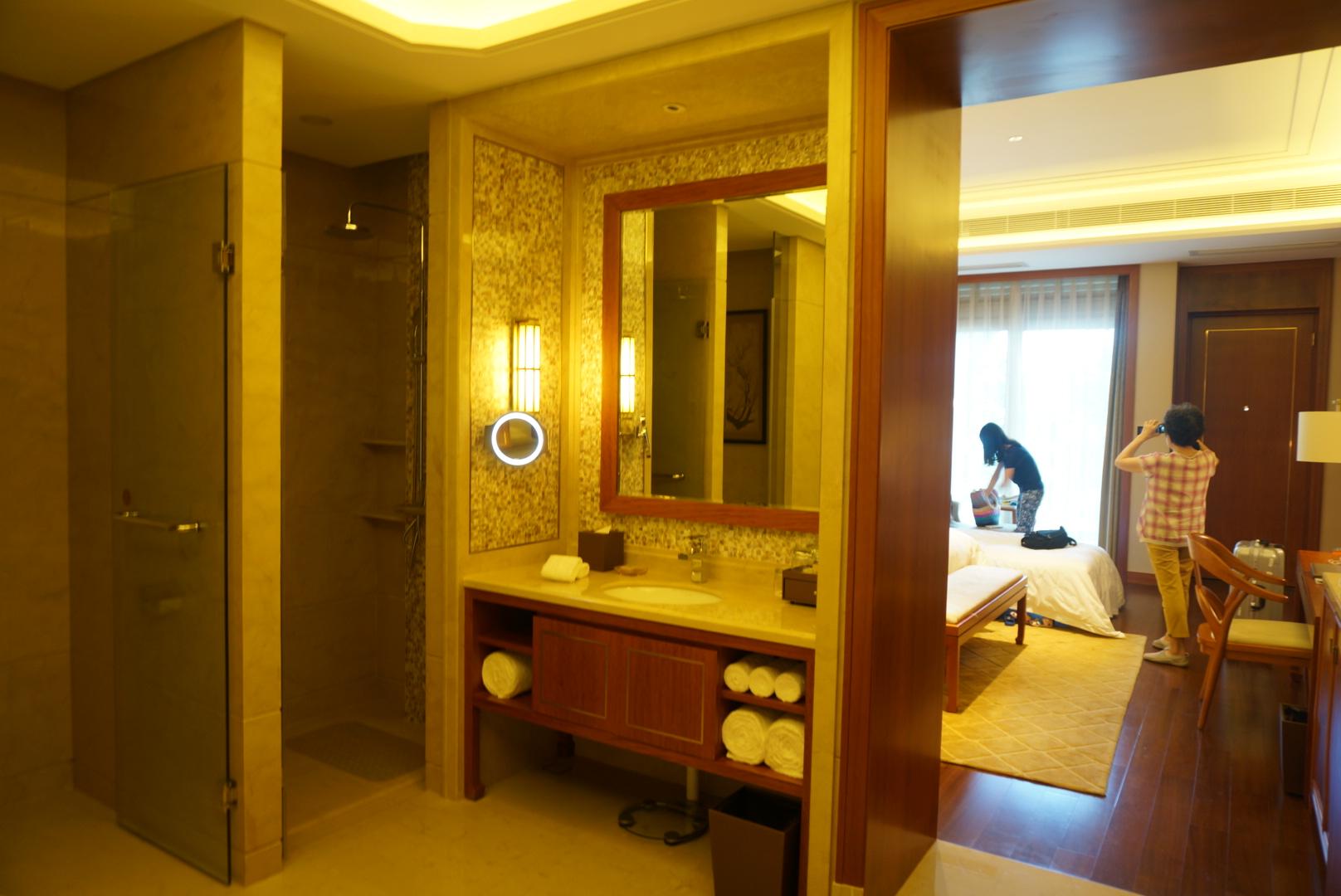 珠海万山岛静云山庄 洗手间超级大,有浴缸,开放式的,有些家庭如果图片