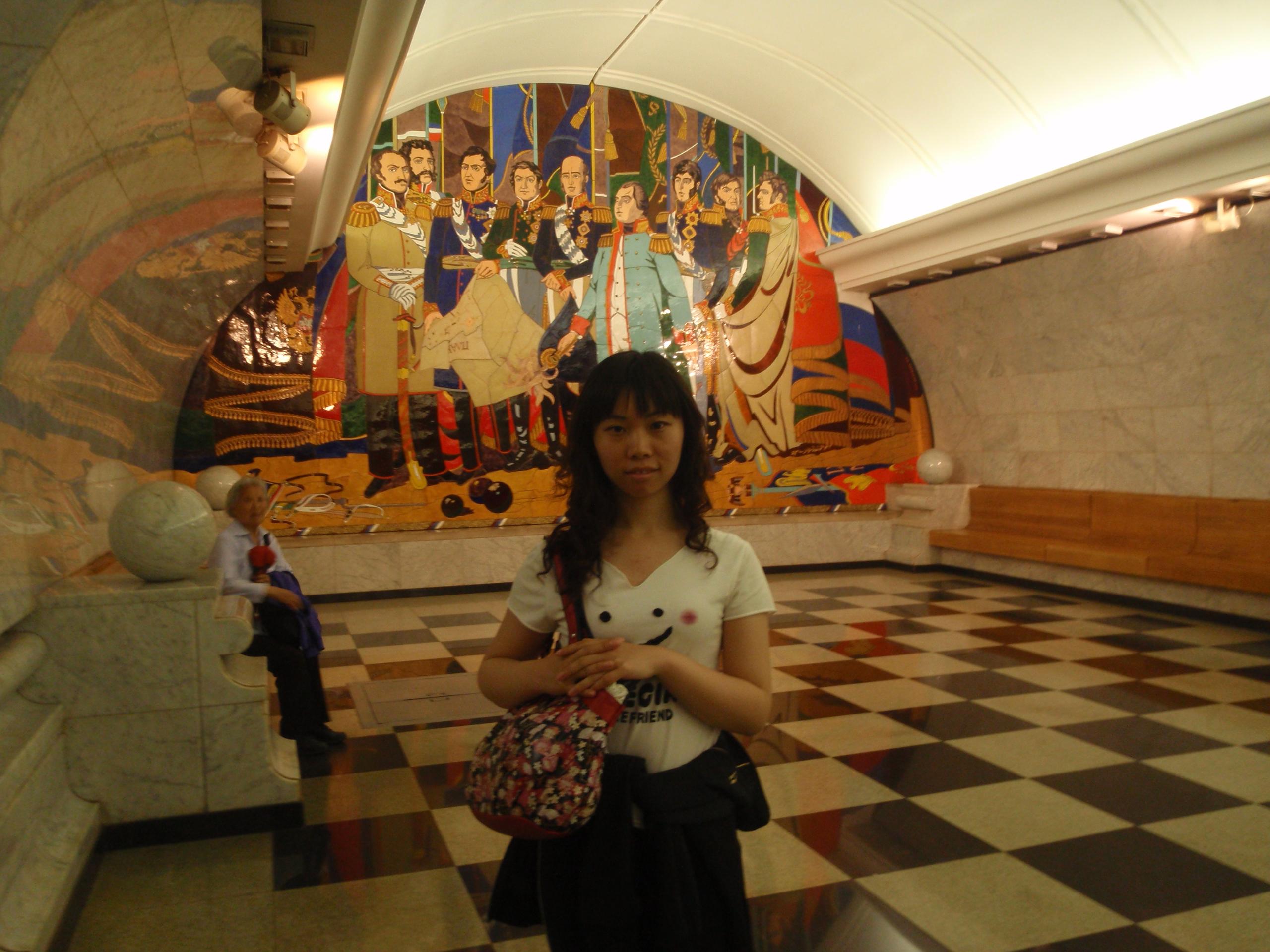 欧式楼梯,罗马柱,墙上的壁画和挂画,大理石色的座椅,圆形的天花板,每