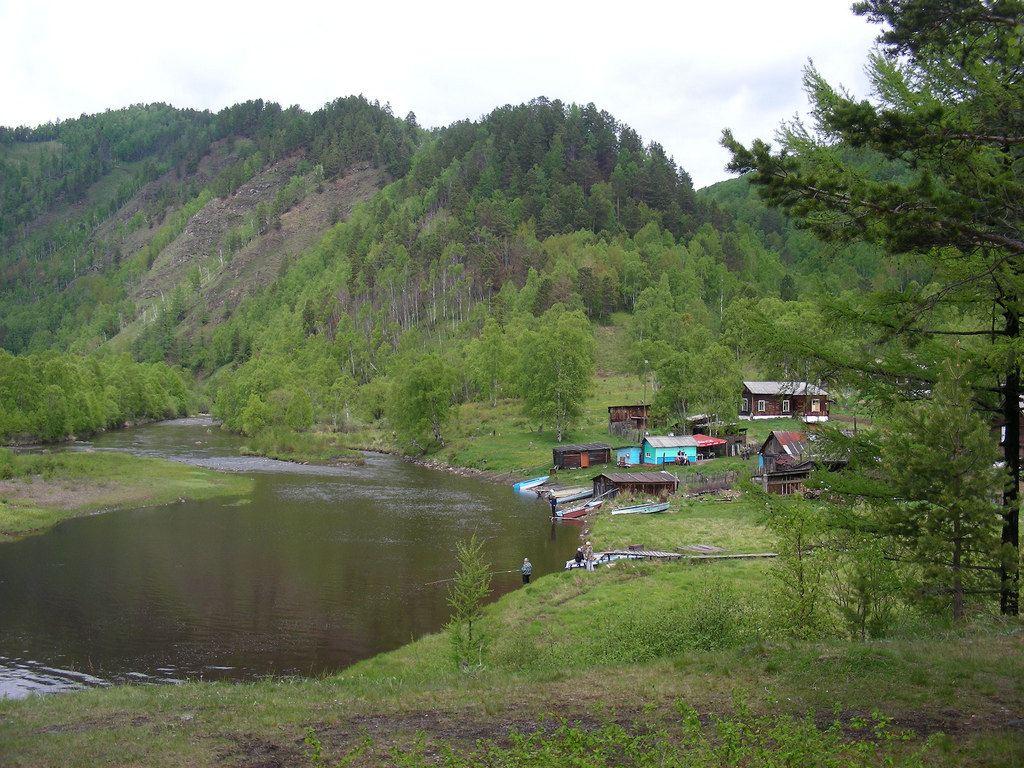 中途停一个村庄, 从铁道上看这个掩映在丛林深处,坐落在小溪边的村庄.