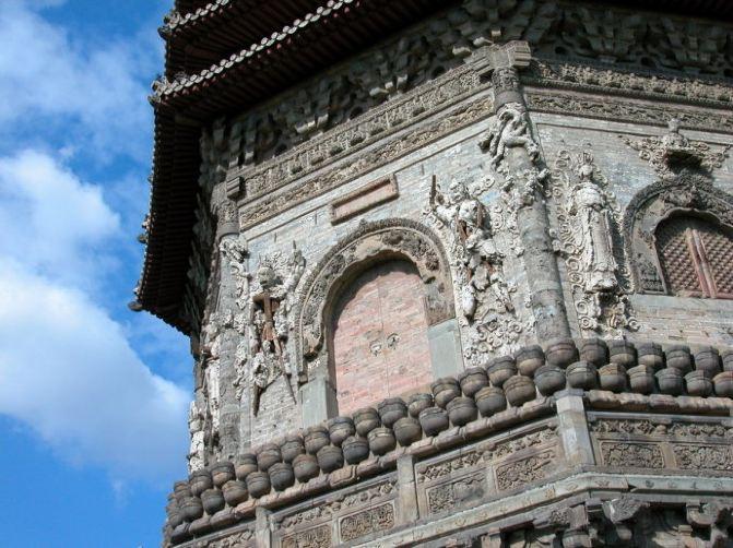 在北京有许多散落在各处的历史遗迹,有的并非很有名,但就其历史价值和艺术价值来说,也绝对值得一看,我相信有许多生活在北京的童鞋也没有去亲眼看看这个明代重檐砖塔玲珑塔。 玲珑塔,这个名字您可能最早是从玲珑塔绕口令里面得知的,如果你是一位相声爱好者一定听过,我好像就听何云伟和李菁说过这段。 这个塔的大名应该叫慈寿寺塔,史名永安万寿塔,既然叫慈寿寺塔,那必定原来这里有个叫慈寿寺的寺院。这要扒一扒历史了,话说明朝,万历皇帝您有所耳闻吧,他的亲妈姓李,出身卑微,草根一枚,仅是一名宫女,在和隆庆皇帝不正经