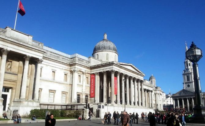 1863年10月26日,有关人士在伦敦女王大街的弗雷马森酒店聚会,讨论并同意成立足球协会。英格兰足球协会的成立,为欧洲及其他足球运动发达地区和国家做出了榜样,它的成立,标志着现代足球的诞生。 英格兰足球协会的地位日益巩固,在全国的影响也越来越大。1871年10月16日,这一提议被批准。于是,1872年便开始进行比赛,获得首届比赛冠军的是博尔顿流浪者队,它在决赛中以1:0战胜了陆军工程兵队。观看决赛的观众数达2000人。 作为足球的诞生国和足球运动全球推广者,英格兰一直热情澎湃,但它实际获得的荣誉却并不多,