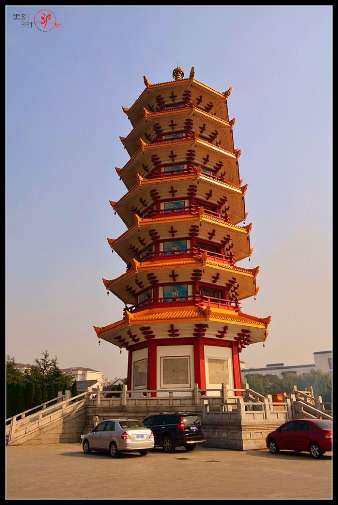 七宝塔全名叫做七宝琉璃玲珑塔.始建于2002年