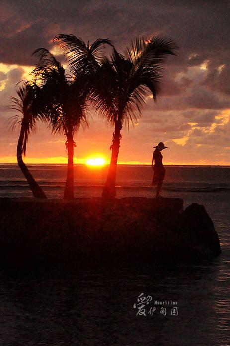 三五好友,一个知己,站在海边,微风习习,烛光摇曳,琴声悠悠,让我想起
