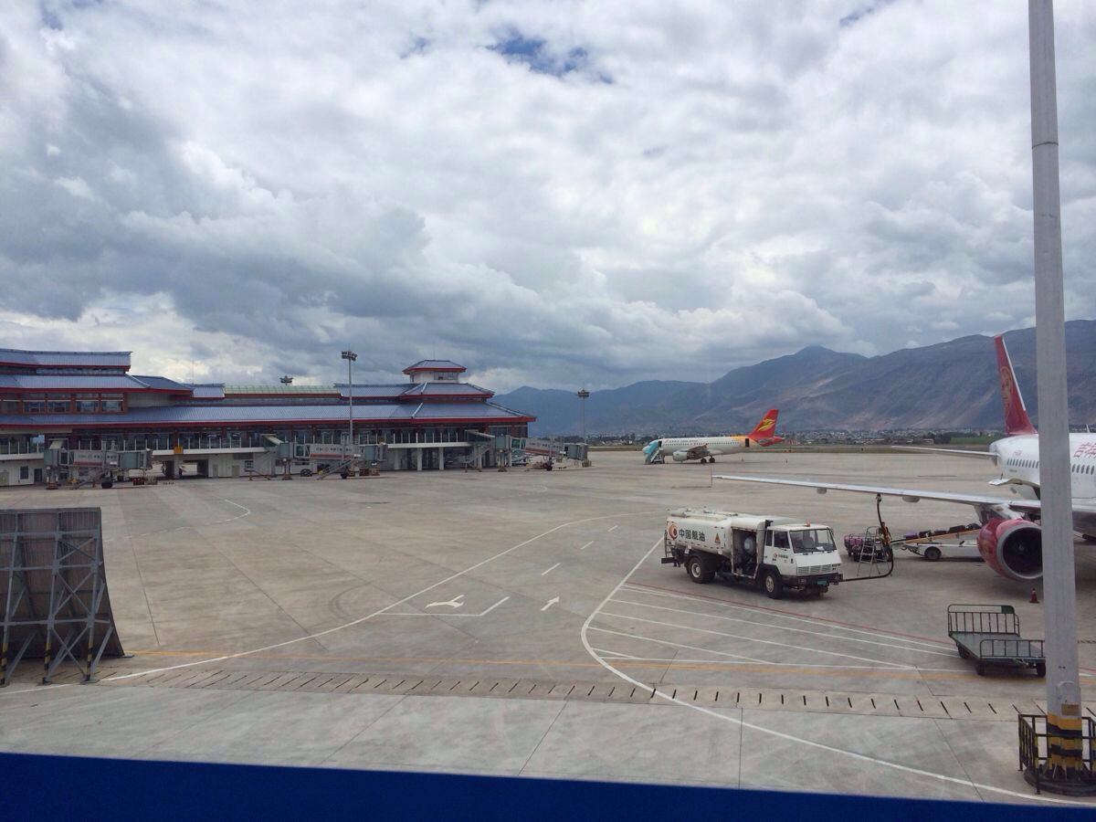 丽江机场 一下飞机就有司机在门口举牌接我们