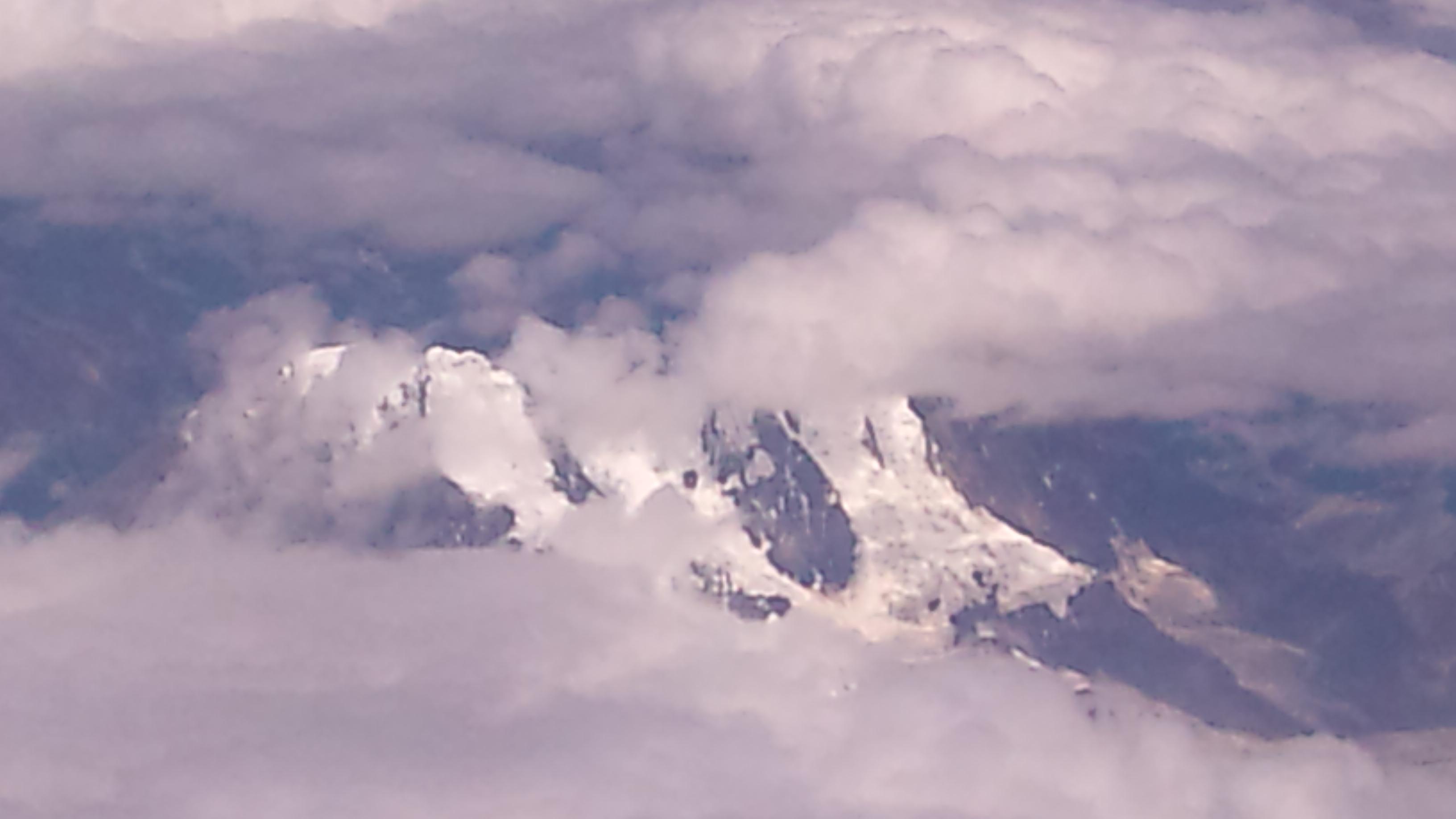 从飞机舷窗俯瞰雪山.