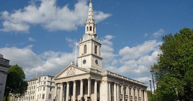 圣马丁教堂是詹姆斯(GamesGibbs)在1726年完工的作品,但其历史可远溯至13世纪,此地一直是教堂。它的外部造型美观,有一座56米高的尖塔,使教堂看起来更加宏伟壮观。在第二次世界大战期间,因教堂密室防德国闪电战空袭庇护所而出名,它现在是白金汉宫教区教堂,东头有皇家专用房间。在1864年秋,马克思领导的第一国际成立大会也是在这座教堂里举行的。圣马丁教堂的最大贡献就是对美国教堂建筑的深远影响,许多美国教堂的殖民地风格都以它为蓝本。教堂现在是巴洛克音乐的大本营,每年有众多音乐会在这里举行,其中有很多是免