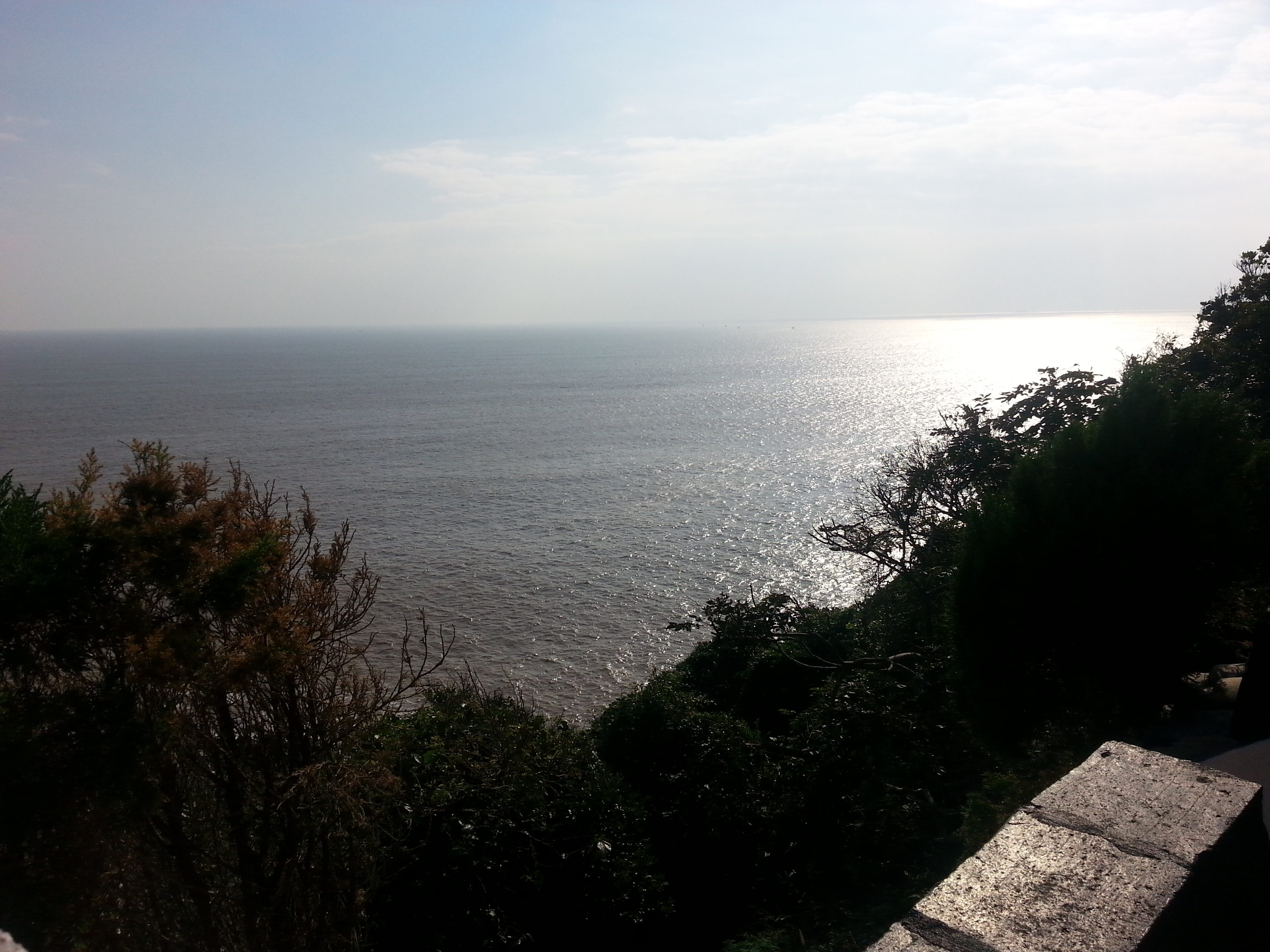 位于浙江省舟山市普陀山东南约五公里处的一个小岛