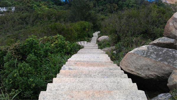 蜜月阁是东澳岛的一座阁楼,位于沙滩西北部的山峰上.