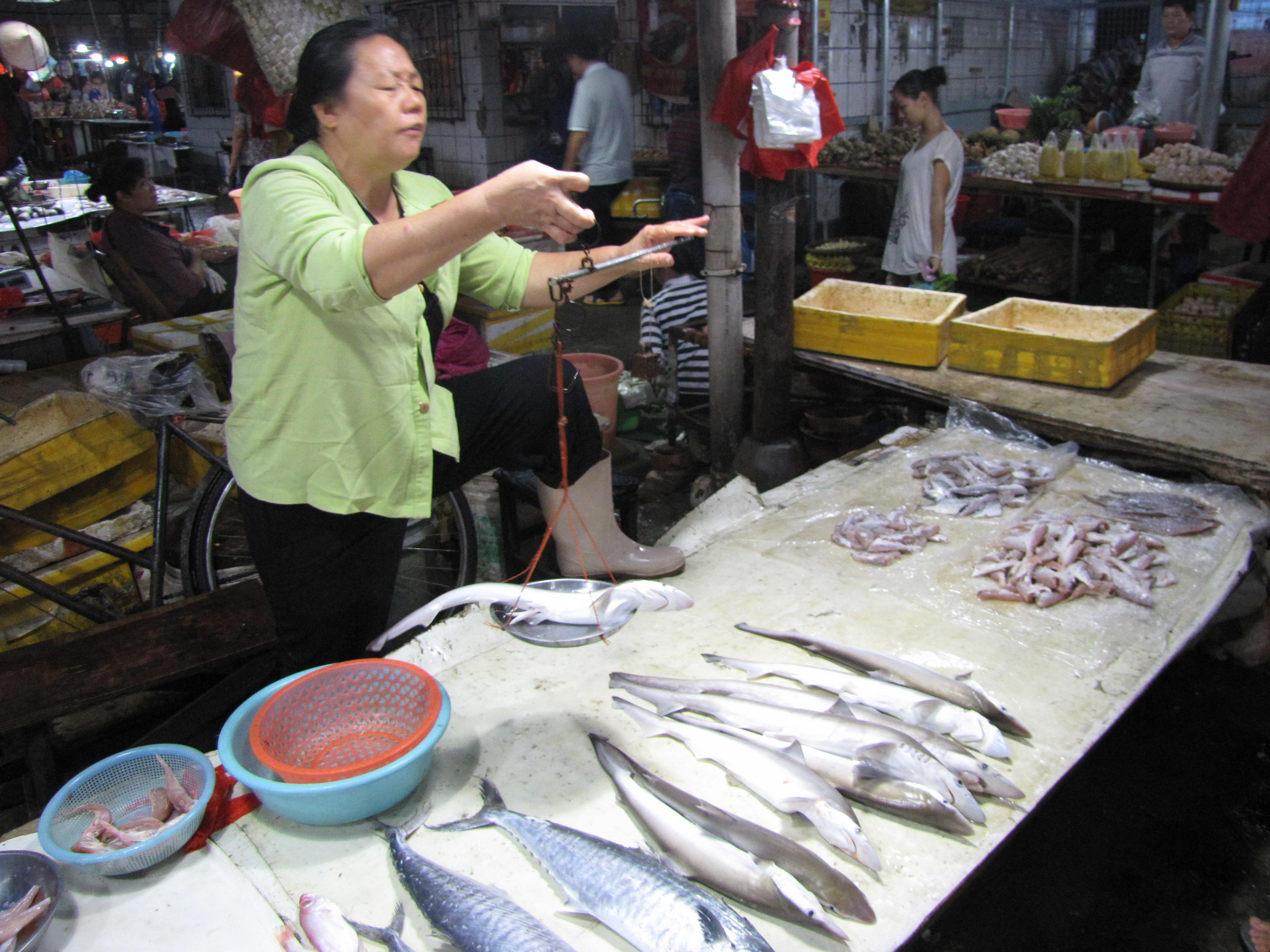 广西北海市北云市场的海鲜摊位