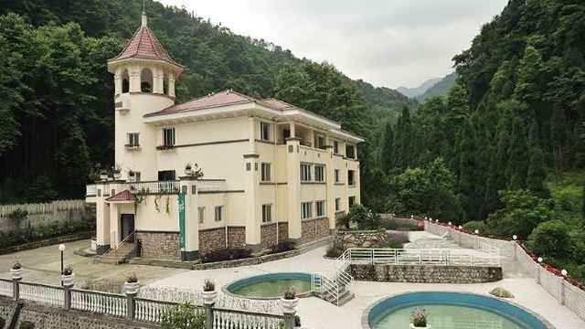 庄园内有三栋独立欧式建筑组成