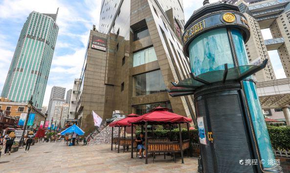 """<p>小白楼1902欧式风情街位于和平区开封道,地处小白楼中心地带,紧邻滨江购物中心、滨江国际万丽酒店,全长约200米,连接天津市两大交通主干道——南京路、大沽路,是连接滨江购物中心和海信广场两大商场的""""黄金走廊"""",地理位置得天独厚。</p>"""