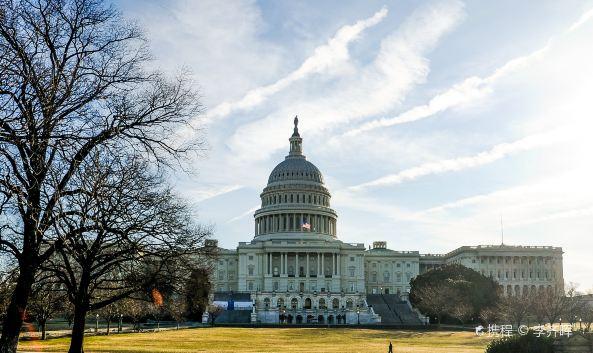 <p>美国国会大厦是美国国会所在地,1793年9月18日由华盛顿总统亲自奠基,不仅是美国三权分立的立法机构&mdash;众参两院的办公大楼,更是美国民有、民治、民享政权的最高民主象征,彰显了美利坚合众国&ldquo;合众为一&rdquo;的立国之本。</p><p><strong>1. 建筑概览</strong></p><p>国会大厦是一幢全长233米的3层建筑,以白色大理石为主料,通体洁白,仿照了巴黎的万神殿,四周巨柱环立,雄伟异常,是古典复兴风格建筑的代表作。中央顶楼的3层圆顶已成为电视中美国政治新闻报道的最佳背景,圆顶之上立有一尊6米高的自由女神青铜雕像,她头顶羽冠,右手持剑,左手扶盾,永远眺望太阳升起的东方。圆顶内部便是气势恢宏的中央圆形大厅,而在圆顶两侧的南北翼楼,分别为众议院和参议院办公地。</p><p><strong>2. 中央圆形大厅</strong></p><p>中央圆形大厅是国会大厦的心脏,大厅东面有3座巨形铜门,因门扇上刻有描述哥伦布发现新大陆的浮雕而被称为哥伦布门。由此进入便来到中央圆形大厅,四周墙壁上挂着8幅巨大的油画,记载了美国独立战争等8个重大历史事件。抬头仰望圆形穹顶,可见出自康斯坦丁之手的《天堂中的华盛顿》,常伴这位开国总统身侧的分别是胜利女神和自由女神,另外又有13幅女神像分别代表立国13州。大厅所立的杰出总统石雕,每一尊都是一个时代。而大厅南侧专门设立的雕像厅内有美国50州的历任议员名人像,合立一堂,是美国凝聚力的象征。</p><p><strong>3. 参众两院</strong></p><p>作为美国最高立法机构的国会,由参议院和众议院组成,共同起草制定美国法律。参议院位于国会大厦的北翼,众议院位于南翼,众议院的议会大厅就是美国总统宣读年度国情咨文的地方。两院对称而立,连接参众两院的是绘有恢弘壁画的长廊,全美的花草树木和飞禽走兽都记载于此,其景象之壮美溢于言表。</p><p><strong>4. 美国总统就职典礼举办地</strong></p><p>国会大厦的东阶是历届总统举行就职典礼的地方。这里绿意盎然,集广场与公园为一体,不仅成为四年一次总统就职仪式和国家庆典的首选,同时也是举行大型民主集会和示威游行的重要场地。</p>