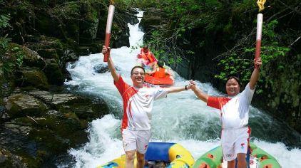 荣誉:2008年,世界冠军奥运51棒火炬手何灼强、52棒火炬手郭庆河在古龙峡赛道传递奥运圣火