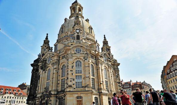 <p>闻名于世的德累斯顿圣母大教堂在被炸毁59年后得以重建,2005年10月30日,德累斯顿举行了规模盛大的&ldquo;圣母大教堂重建落成典礼&rdquo;,包括德国总统、总理、英国王室代表等政要在内的10万余人参加了这次盛会。</p><p>德累斯顿圣母大教堂始建于1726年,采用了圆形拱顶、砂岩拼建等前所未有的建筑方式,是由木匠大师奥尔格&middot;贝尔主持设计修建的,历时17年方才建成。圣母大教堂高95米,规模巨大,精巧华丽,是西方新式教堂建筑的代表作,是这座古老城市的标志性建筑,也是德累斯顿最亮丽的风景,有许多音乐大师和艺术大师在这里留下了他们的足迹。</p><p>二战末期圣母大教堂在英美空军的轰炸下化为废墟,仅剩下13米高的一截残壁,这是战争给德累斯顿人们带来的永远的伤痛。德国统一后,在英美等国家的捐款支持下,德国决定重建圣母大教堂,从1994年开始,重建工作耗时11年,花费1.79亿欧元。重建后的教堂基本按照原样修建,许多遗物都被精心保留下来,并成为教堂建设原料的一部分。</p>