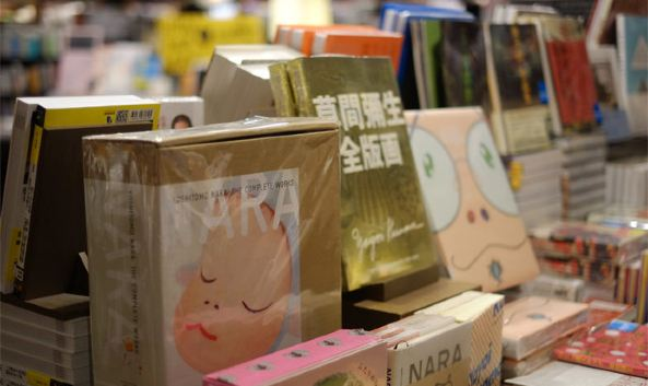 "<p class=""inset-p"">诚品信义旗舰店集合了图书、购物、服装、美食等于一体,运用""连锁而不复制""的诚品经验,创造国际化的台北城市意象与诚品life style的文化品牌,成为华人市场最具指针性的""国际文创交流平台""。</p><p class=""inset-p"">诚品信义旗舰店的书店涵纳近20万种书目、100万册书籍,全年举办新书发表、旧书拍卖、表演艺术、艺文讲座、烹饪学习等各式交流活动,无疑拉近了书店与读者之间的距离。各类书区按特性设计成不同的空间感,二楼的杂志与新书区以""回旋""设计呈现,体现了多元化,三楼的推理馆安排了等距排开、相互映照的镜柱,与推理书里的意境十分融洽。点一杯咖啡,择一处角落慢慢品味,就算待一整天也很值得。</p><p class=""inset-p""><br /></p>"