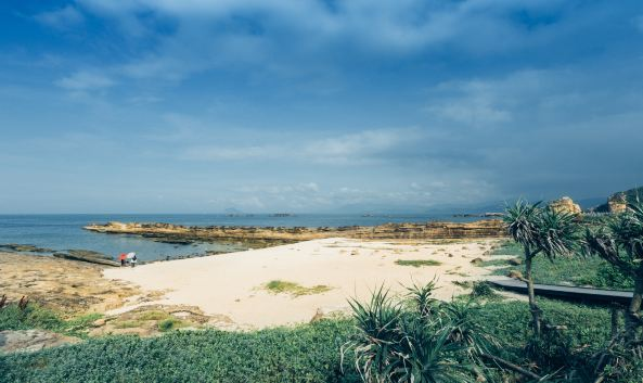 "<p class=""inset-p"">野柳地质公园是一块突出于北海岸的狭长海岬,经千百万年侵蚀、风化,逐渐形成规模庞大、奇石遍布、造型各异、世界罕见的地质奇观,让全长1.7公里的海岬,成为台湾最负盛名的地质公园。</p><p class=""inset-p"">从野柳岬角边缘望去,各种岩石映入眼帘:蕈状岩、豆腐石、象鼻石、仙女鞋、女王头,其中女王头是蕈状岩的代表作,更是台湾旅游业的一张名片,她高达2米,髻发高耸、美目远盼,面目轮廓均端庄优雅,其雍容尊贵的形态,已成为野柳地质公园的象征。但随著海浪的侵蚀及地层的抬升,颈部越来越长也越来越细,经过风吹雨淋,随时有断掉的可能。</p><p class=""inset-p""><br /></p>"