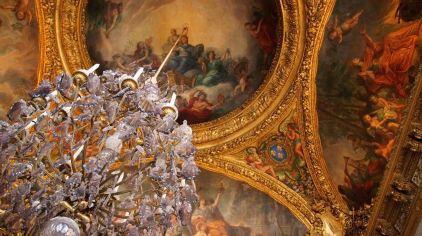 凡爾賽宮_水晶燈的蠟燭如今都是用電的