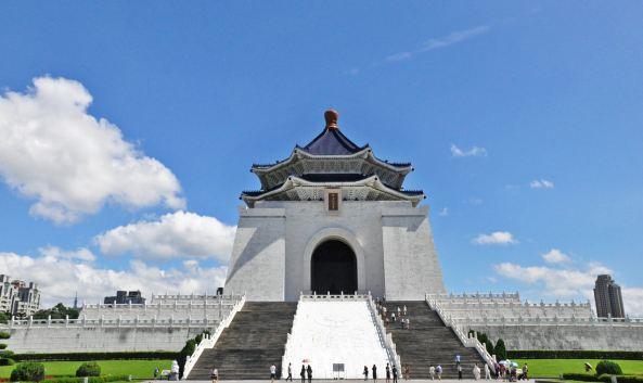 """<p class=""""inset-p"""">中正纪念堂位于台北市中心,以中国庭园为主要设计,窗棱古典而幽雅,建筑则以蓝、白二色搭配相和,有着自由、平等的寓意。</p><p class=""""inset-p"""">中正纪念堂建肃穆庄严,风格采天坛之顶、金字塔之体,主体部分为白色大理石墙,蓝瓦金黄琉璃宝顶为八角形,代表著""""忠、孝、仁、爱、信、义、和、平""""八德聚于宝顶,上与天接,以寓""""天人合一""""之思想。底层以展览室和放映室为主,展示蒋介石生平事迹文物及衣冠;三层有志清厅、采玉艺廊及儿童教室,提供市民文化育乐及社教活动;顶层是铜像大厅,内设有蒋介石铜像,铜像坐东朝西,朝向大陆,两旁驻守着卫兵。</p><p class=""""inset-p"""">中正纪念堂每个小时的礼兵换岗成为游客观看的重点,每到整点,卫兵仪仗队从底层大厅走出来,来到底层电梯前,上行至四楼铜像大厅, 换岗仪式非常庄严隆重,招式稳健庄重,全场安静肃穆,只有卫兵的踏步声和他们短促的口令声,整套仪式共10分钟,仪式结束后,游客可上前在护栏外进行拍照。</p><p class=""""inset-p"""">中正纪念堂的广场宽敞广阔,因此时有艺文大型演出,如""""云门舞集""""户外公演、""""跨世纪之音""""音乐会,让中正纪念堂成为台北最大的艺文广场。另外,每年元宵节的台北灯会也是中正纪念堂年度一大盛事。</p>"""