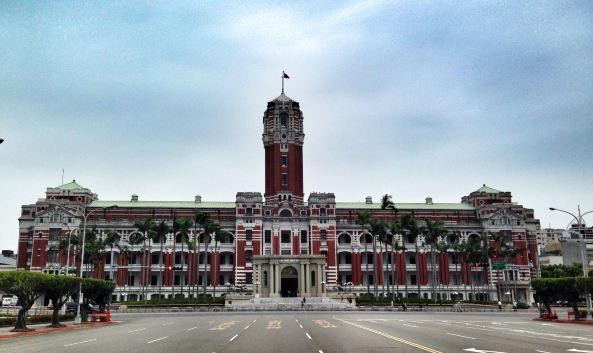 """<p class=""""inset-p"""">总统府位于台北市中正区,是台湾最高权力中心,日据时代为日本总督府,建筑风格属于后文艺复兴风格,红色大楼庄严肃穆,非常显眼。</p><p class=""""inset-p"""">每周一到周五,总统府内部开放一层给民众参观。一层有很多陈列室,有总统府历史介绍,台湾政治现状等资料,还有很多文物展品,如1945年日本投降时用的章,中华民国之玺,总统之印等,是了解台湾历史和政治的一面镜子。</p><p class=""""inset-p"""">如果你凑巧赶上了总统府每月第一个周六的开放日,二楼、三楼也能近距离参观。开放日人特别多,可以随意拍照。二楼和三楼主要是会议室和大礼堂,大礼堂是举办重要典礼、国宴、总统府音乐会的地方,参观之后可以盖上一个总统府的印章。你如果想买些纪念品的话,一楼的福利社里面可以找到很多相关的东西,有着青天白日图案的围巾、马克杯、徽章等在这里都可以找到,而且价格公道,一条围巾换算下来也就人民币50元左右。</p><p class=""""inset-p"""">总统府对面的凯达格兰大道,是台湾政府规定的集会游行场所之一,总统府周围还有总统副总统文物馆、台北国军英雄馆、国军历史文物馆等,值得一提的是台北宾馆,和开放日同一天开放,可以一并参观。</p><p class=""""inset-p"""">来总统府,必须通过官网预约,或抵达台湾后电话进行咨询和预约。参观当天,带好入台证,着装正式,经过严格安检方可进入。这里还有向导进行免费讲解,讲解时间约1小时,中途不得随意离开。</p>"""