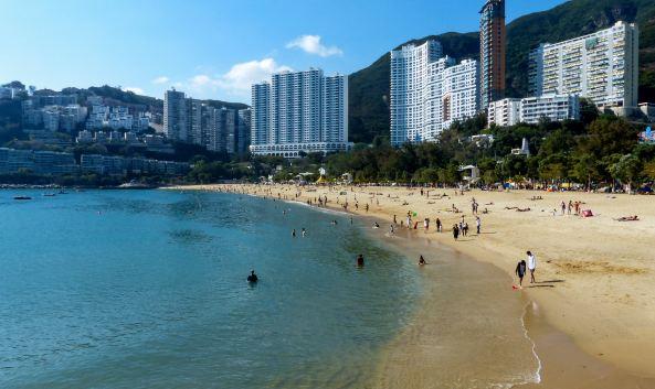 "<p class=""inset-p"">浅水湾位于香港岛南部,依山傍海,海湾呈新月形,沙滩宽阔洁净而水浅,是香港最美丽的海滩之一。这里处处散发着惬意闲适的风情,是港人消夏弄潮的胜地。这里也是香港高档住宅区,众多的别墅豪宅遍布于海湾的坡地上。</p><p class=""inset-p"">在浅水湾除畅泳、散步之余,它的附近有很多值得一游的地方。海滩东面的香港拯溺总会,这是一座传统中国建筑,海滩上的镇海楼公园内,则矗立着十多米高的天后娘娘、观音菩萨及长寿桥等。在海滩另一边有条丽海堤岸路,沿路可抵深水湾。因沿途幽静,可远眺香港海洋公园和堤岸美景,是情侣谈情说爱的好地方。</p><p class=""inset-p"">离开沙滩,过一条马路,就会来到殖民地色彩浓厚的影湾园。影湾园前身是建于1920年的浅水湾酒店,过去是政要、名流士绅经常进出的高级场所,也是无数小说的场景和电影拍摄地,张爱玲小说《倾城之恋》就是其中之一。酒店于80年代末改建成服务式住宅。如果想品尝传统英式下午茶,可以到这里的露台餐厅来,在满室华丽的欧风装潢之中、在海风吹拂下,好好享受一番。</p><p class=""inset-p""><br /></p>"