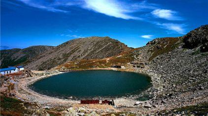 太白湖,水滟滟;六颗宝珠嵌山巅。碧波粼粼深莫测,实乃中华一奇观。  (1)